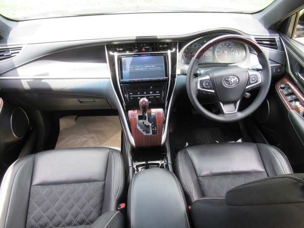 panoramic-glass-roof-toyota-harrier-2014-model-black-color-big-3