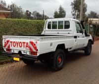toyota-landcruiser-pick-up-small-2